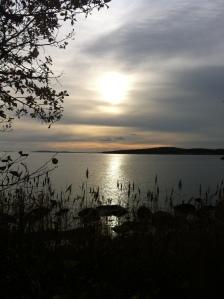 Solen sänker sig över havet en eftermiddag i november.